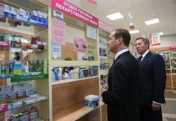 2924405 08/30/2016 Prime Minister Dmitry Medvedev (left) and Lipetsk regional administration head Oleg Korolev visiting a pharmacy in Lipetsk, August 29, 2016. Ekaterina Shtukina/Sputnik